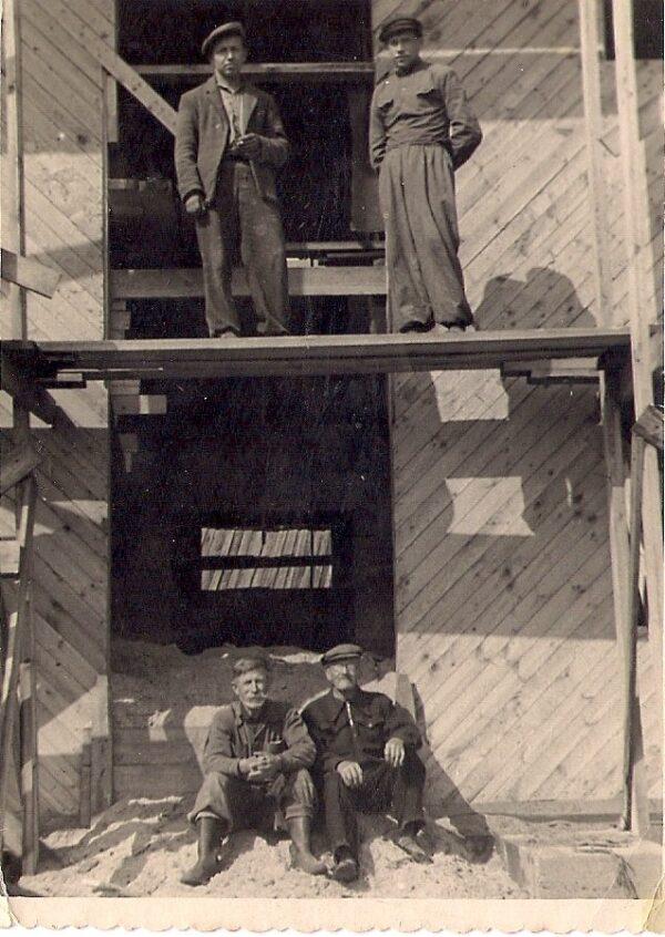 Harglas karjalauda ehitamisel 1960-ndatel. Üleval vennad Olev ja Jaan Onkel. Kes on paremal. Autor teadmata. Varje Sootaki kogu.