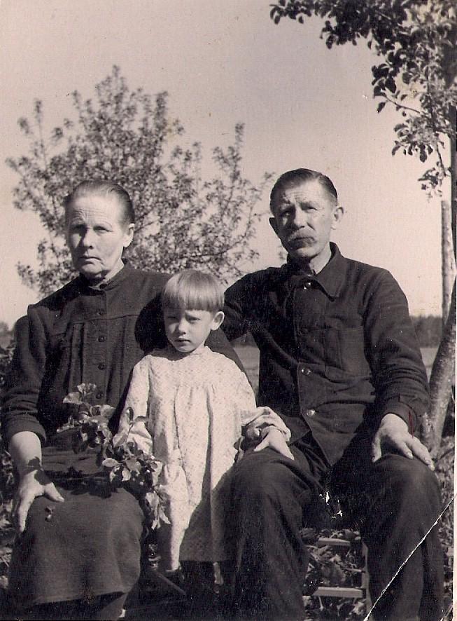 Selma, Alfred ja Varje Laats 1951. aastal. Arvatavasti Gerhard Paasi foto, Varje Sootaki kogu.