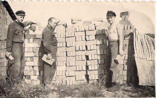 Tammeküla telliskivivabrikus 1950. aastate lõpus või 1960. aastate algul (1962 vabrik likvideeriti. Paremalt esimene Hillar Kikkas. Kes on teised? Foto autor teadmata. Kaia Kikkase kogu.